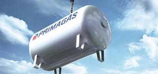 PRIMAGAS - Das Unternehmen, Tank am Kran mit blauem Himmel
