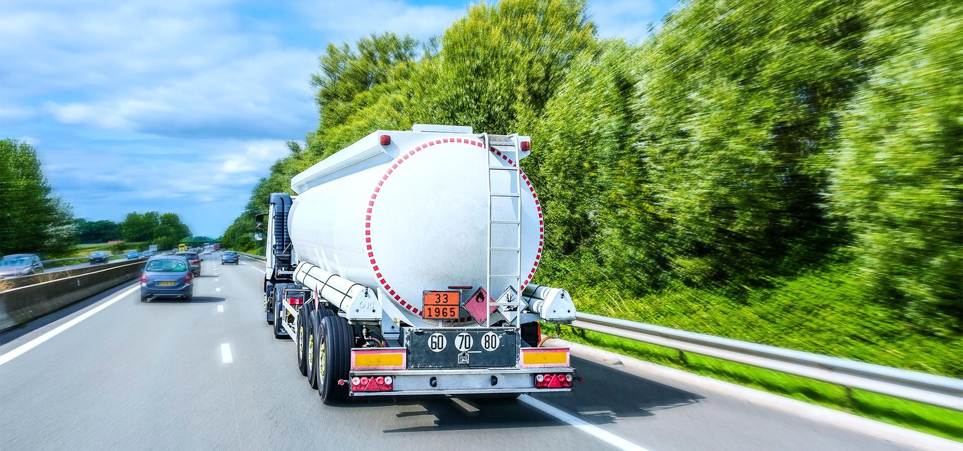 PRIMAGAS - Was ist Flüssiggas - Flüssiggas-Tankwagen fährt auf einer Autobahn