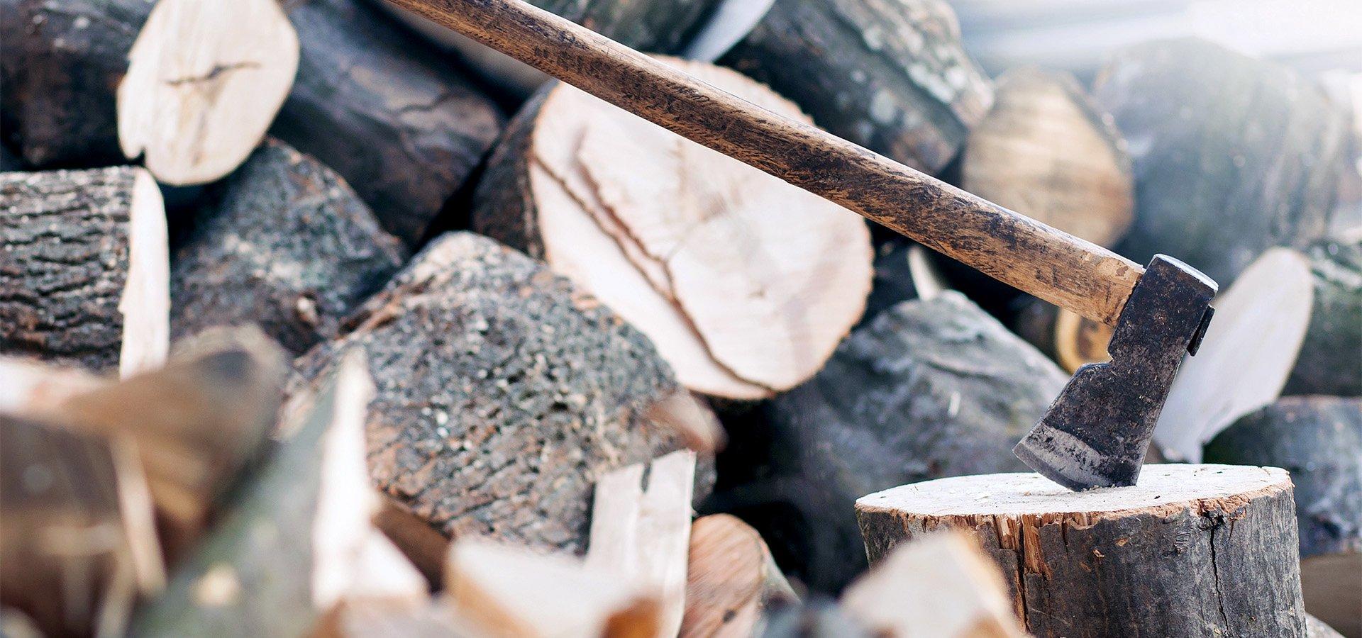 PRIMAGAS - Wechsel von Holz zu Flüssiggas - Scheitholz, Holz, Beil, Hackbeil, Holzklotz
