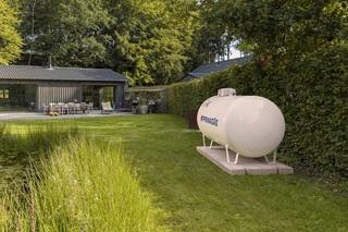 PRIMAGAS - Pressebild - Biogenes Flüssiggas, BioLPG, Privat Haus, oberirdischer Tank im Garten; 2021