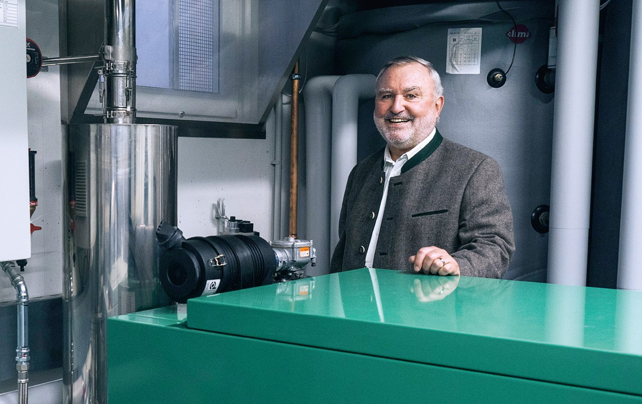 Ulrich Becker vor seinem Fluessiggas BHKW